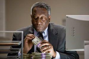 Un Africain qui tient une liasse de billets entre ses mains